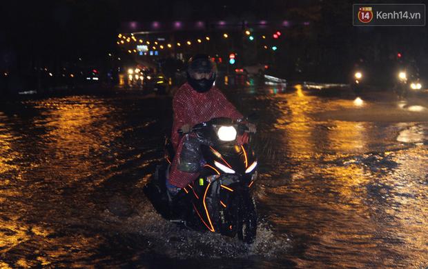 Hà Nội tiếp tục mưa lớn, đường phố ngập sâu như sông trong đêm - Ảnh 12.