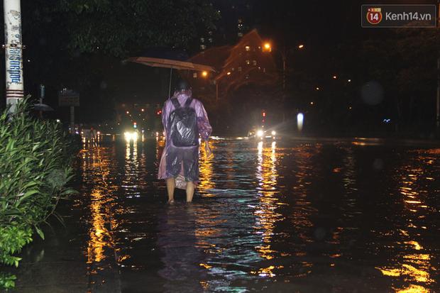 Hà Nội tiếp tục mưa lớn, đường phố ngập sâu như sông trong đêm - Ảnh 5.