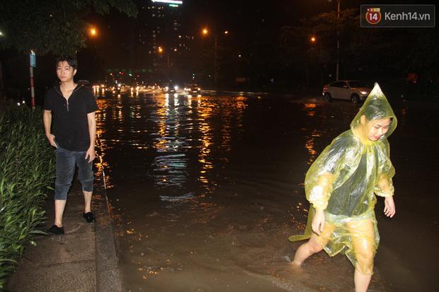 Hà Nội tiếp tục mưa lớn, đường phố ngập sâu như sông trong đêm - Ảnh 6.
