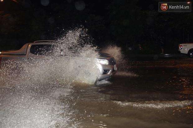 Hà Nội tiếp tục mưa lớn, đường phố ngập sâu như sông trong đêm - Ảnh 8.