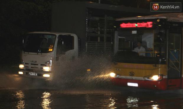 Hà Nội tiếp tục mưa lớn, đường phố ngập sâu như sông trong đêm - Ảnh 13.