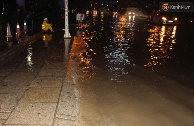 Hà Nội tiếp tục mưa lớn, đường phố ngập sâu như sông trong đêm - Ảnh 11.