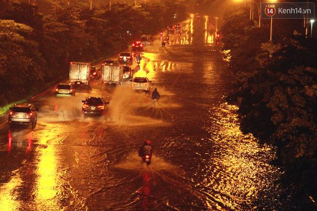 Hà Nội tiếp tục mưa lớn, đường phố ngập sâu như sông trong đêm - Ảnh 1.