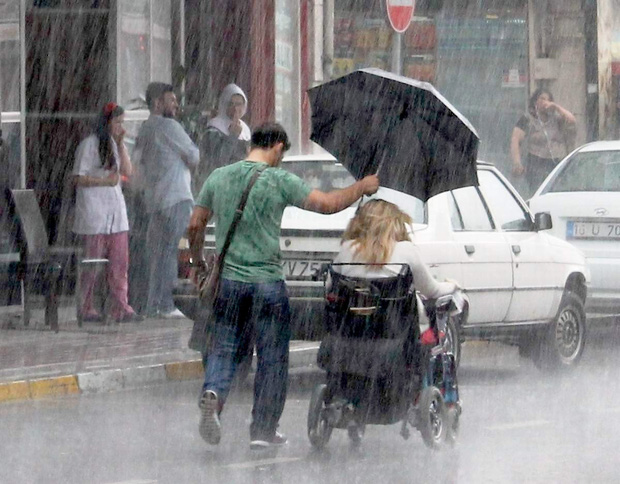 Cách cầm ô trong ngày mưa gió tiết lộ điều gì về tính cách con người, loạt ảnh dưới đây sẽ cho bạn câu trả lời - Ảnh 1.