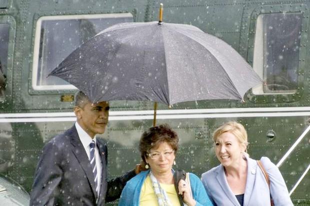 Cách cầm ô trong ngày mưa gió tiết lộ điều gì về tính cách con người, loạt ảnh dưới đây sẽ cho bạn câu trả lời - Ảnh 2.
