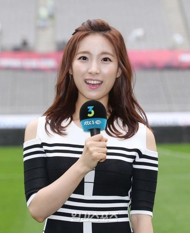 Nhận lời phỏng vấn trên đường, nữ sinh gây ấn tượng với gương mặt đẹp, giọng nói ngọt ngào rồi được nhà đài mời làm phát thanh viên luôn - Ảnh 2.