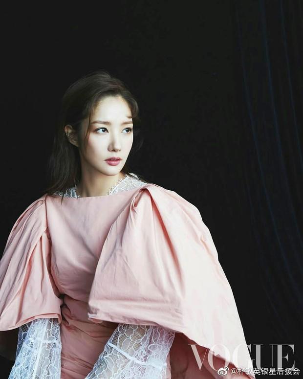 Thần thái tuy có hơn nhưng Park Min Young vẫn bị trừ 1 điểm vì váy kém phẳng phiu khi chụp hình tạp chí - Ảnh 1.