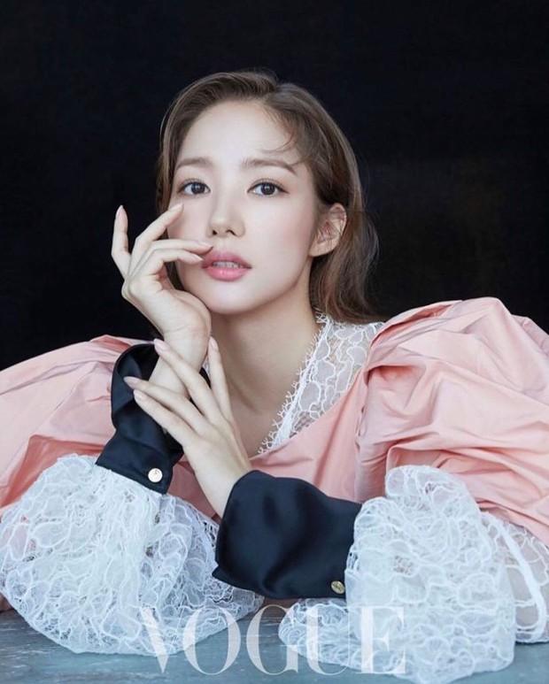 Thần thái tuy có hơn nhưng Park Min Young vẫn bị trừ 1 điểm vì váy kém phẳng phiu khi chụp hình tạp chí - Ảnh 2.