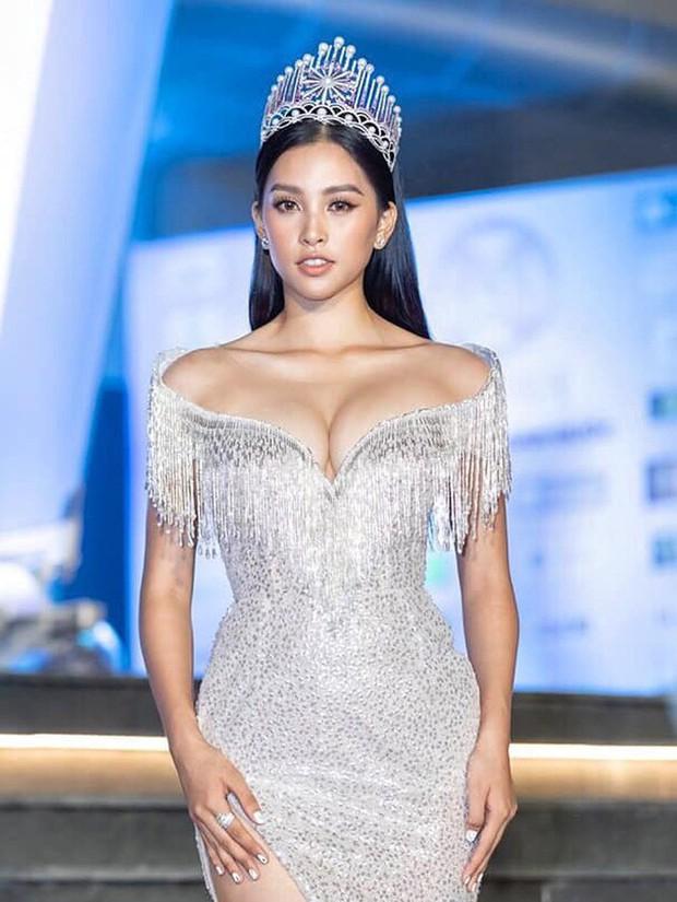 Chứng tỏ đẳng cấp Hoa hậu, Trần Tiểu Vy lấn át cả dàn thí sinh lẫn các đàn chị với bộ đầm hở trên xẻ dưới sexy tột cùng - Ảnh 1.