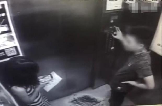 Cô gái mải chơi điện thoại trong thang máy suýt mất mạng vì gặp quỷ dữ, cư dân mạng xem xong video hoảng sợ tột độ - Ảnh 1.