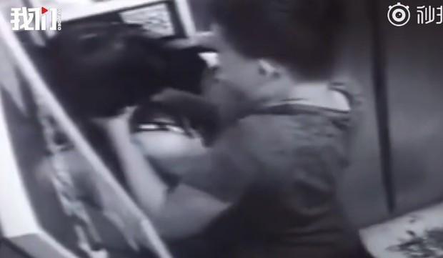 Cô gái mải chơi điện thoại trong thang máy suýt mất mạng vì gặp quỷ dữ, cư dân mạng xem xong video hoảng sợ tột độ - Ảnh 2.
