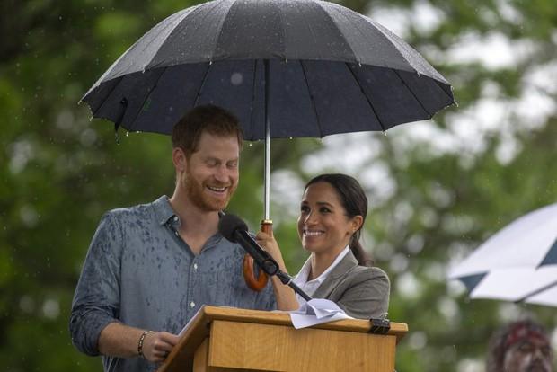Cách cầm ô trong ngày mưa gió tiết lộ điều gì về tính cách con người, loạt ảnh dưới đây sẽ cho bạn câu trả lời - Ảnh 3.