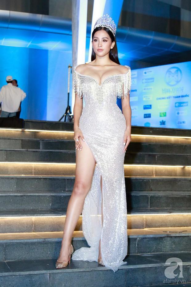 Chứng tỏ đẳng cấp Hoa hậu, Trần Tiểu Vy lấn át cả dàn thí sinh lẫn các đàn chị với bộ đầm hở trên xẻ dưới sexy tột cùng - Ảnh 3.