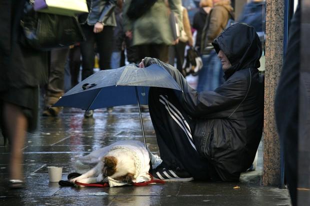 Cách cầm ô trong ngày mưa gió tiết lộ điều gì về tính cách con người, loạt ảnh dưới đây sẽ cho bạn câu trả lời - Ảnh 4.