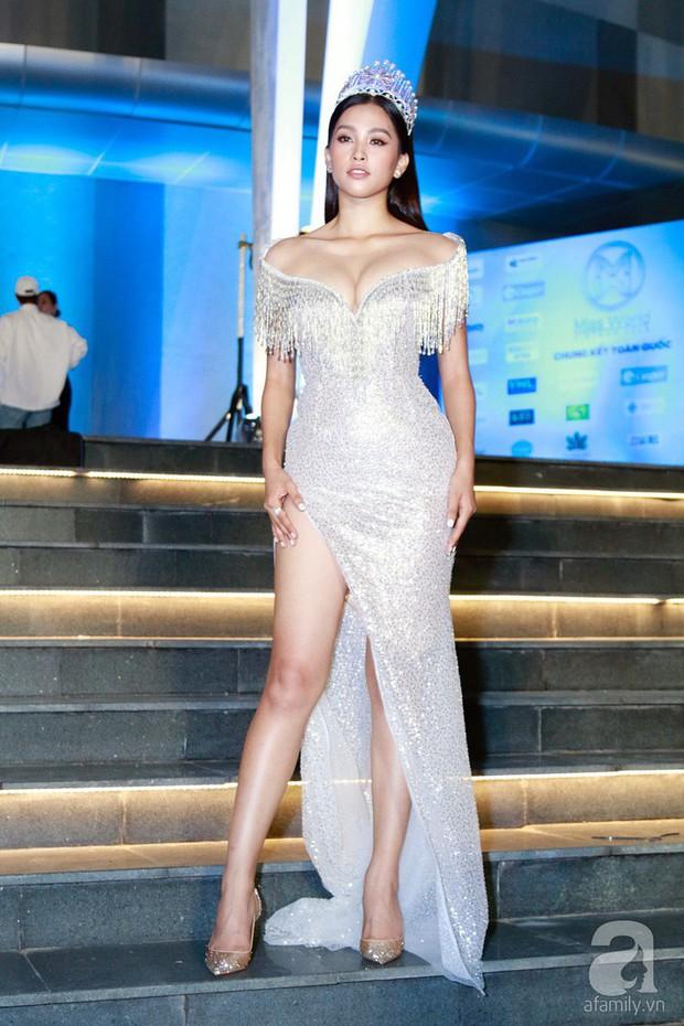 Chứng tỏ đẳng cấp Hoa hậu, Trần Tiểu Vy lấn át cả dàn thí sinh lẫn các đàn chị với bộ đầm hở trên xẻ dưới sexy tột cùng - Ảnh 4.