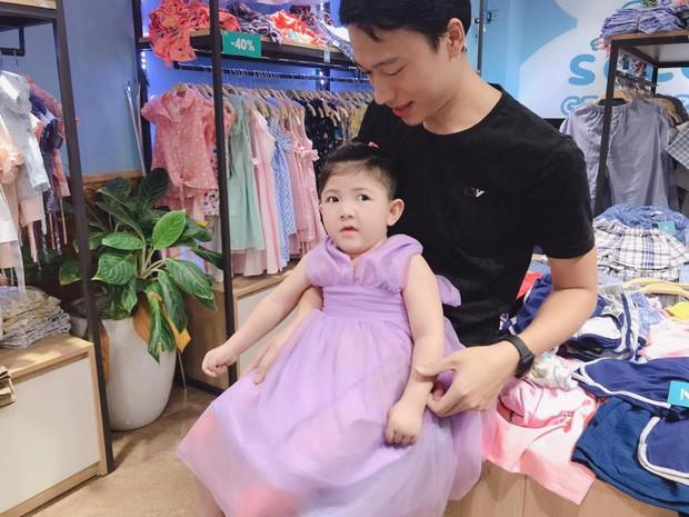 Hình ảnh em bé Lào Cai bụ bẫm đáng yêu trong bộ váy tím khi được bố nuôi bế khiến nhiều người chú ý - Ảnh 2.