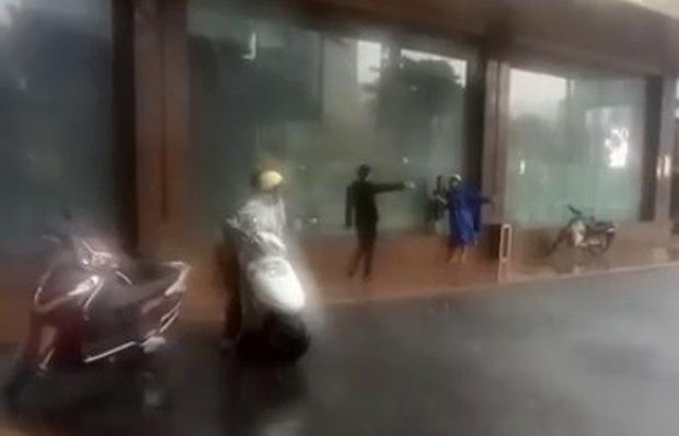Bảo vệ đuổi người trú mưa đã làm việc lâu năm tại khách sạn 5 sao, được đại diện lễ tân đánh giá làm đúng nhiệm vụ  - Ảnh 3.