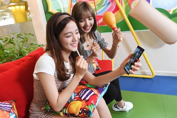 Xem chị em nhà BlackPink Lisa và Jisoo chơi Candy Crush theo kiểu mới, cute hết phần thiên hạ! - Ảnh 2.