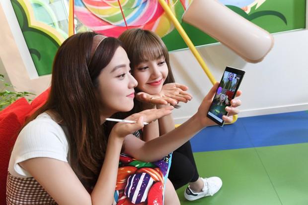 Xem chị em nhà BlackPink Lisa và Jisoo chơi Candy Crush theo kiểu mới, cute hết phần thiên hạ! - Ảnh 1.