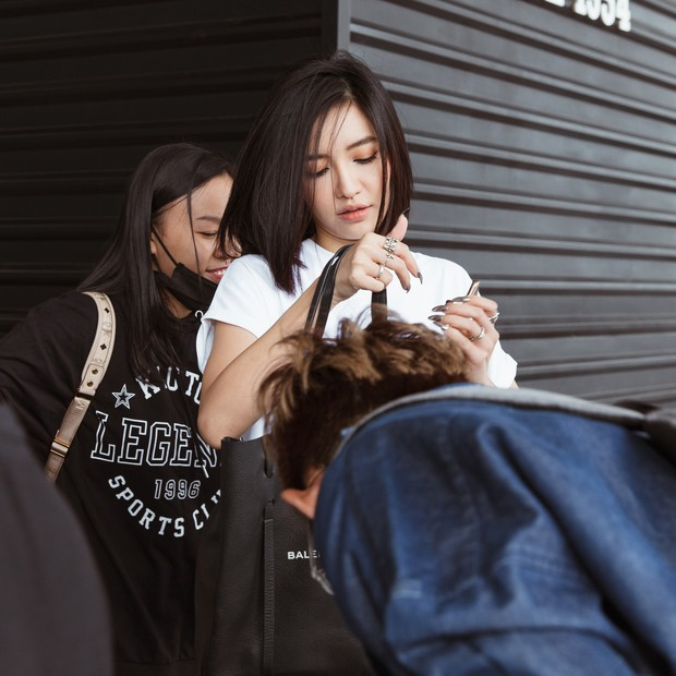 Bích Phương chanh sả xuất hiện tại sân bay sang Indonesia dự show khủng với MAMAMOO, Monsta X - Ảnh 4.