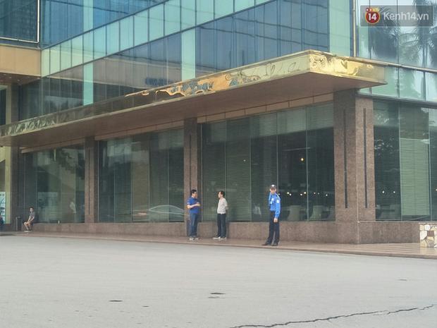 Bảo vệ đuổi người trú mưa đã làm việc lâu năm tại khách sạn 5 sao, được đại diện lễ tân đánh giá làm đúng nhiệm vụ  - Ảnh 5.