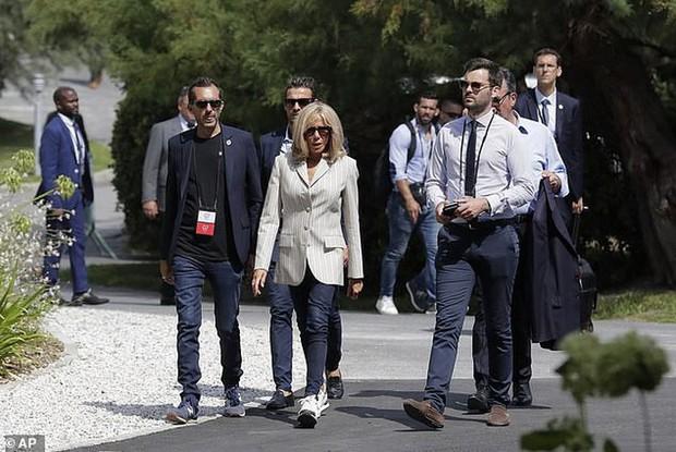 Chi hơn 400 triệu cho 3 ngày diễn ra Hội nghị G7, Phu nhân Tổng thống Pháp cũng chẳng kém bà Melania Trump ở khoản đầu tư váy áo - Ảnh 1.