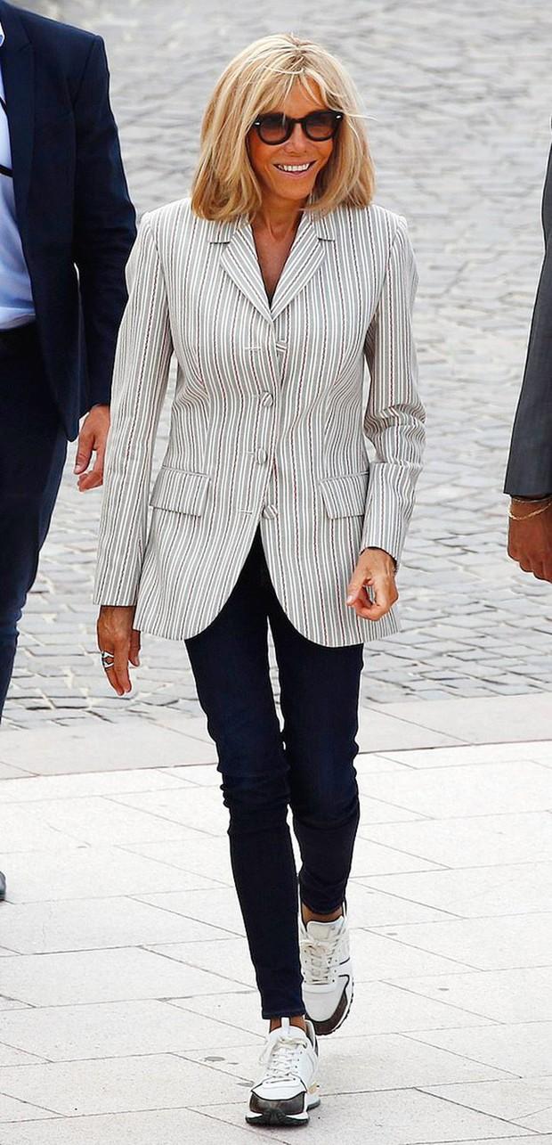 Chi hơn 400 triệu cho 3 ngày diễn ra Hội nghị G7, Phu nhân Tổng thống Pháp cũng chẳng kém bà Melania Trump ở khoản đầu tư váy áo - Ảnh 2.