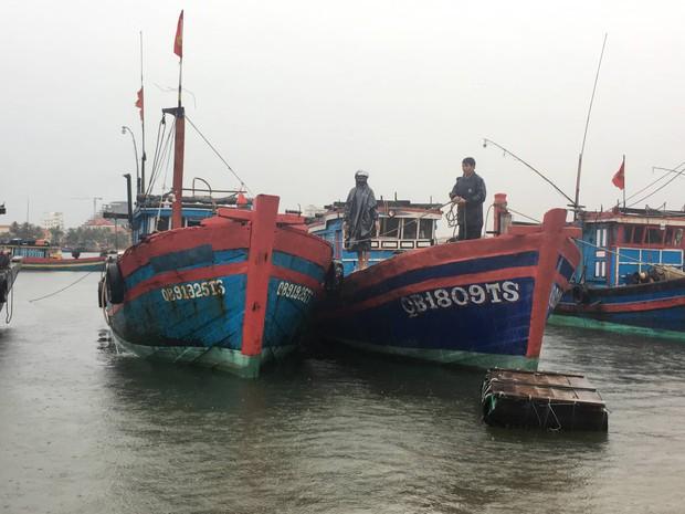 Tàu cá bị sóng đánh chìm khi vào trú bão Pudul, 2 ngư dân Quảng Bình gặp nạn - Ảnh 1.