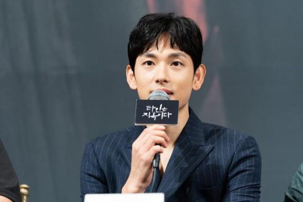 Mỹ nam tiết lộ sở thích kì lạ của Lee Dong Wook: Mỗi lần gặp phải sờ yết hầu, quên không rờ lại thấy thiếu thiếu? - Ảnh 4.