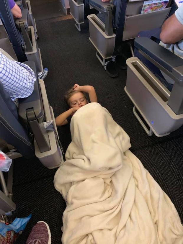 Cậu bé 4 tuổi tự kỷ liên tục quậy phá, làm phiền hành khách trên chuyến bay nhưng cách cư xử của những người lớn văn minh khiến người mẹ ấm lòng - Ảnh 1.