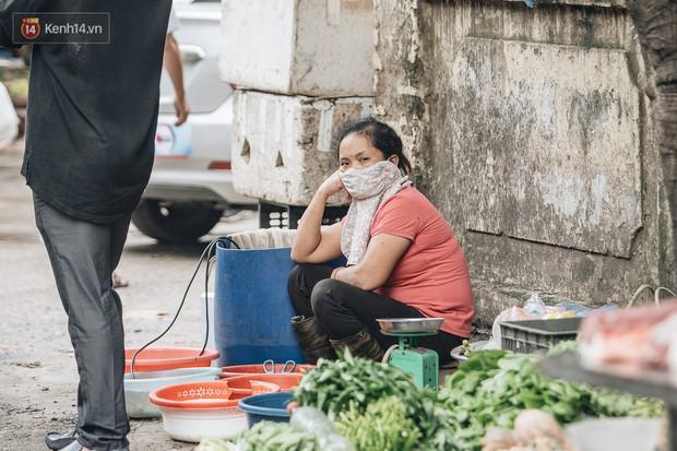 Cuộc sống xung quanh nhà kho Rạng Đông sau vụ cháy: Người lớn cay mắt và khó thở, trẻ nhỏ được sơ tán - Ảnh 12.