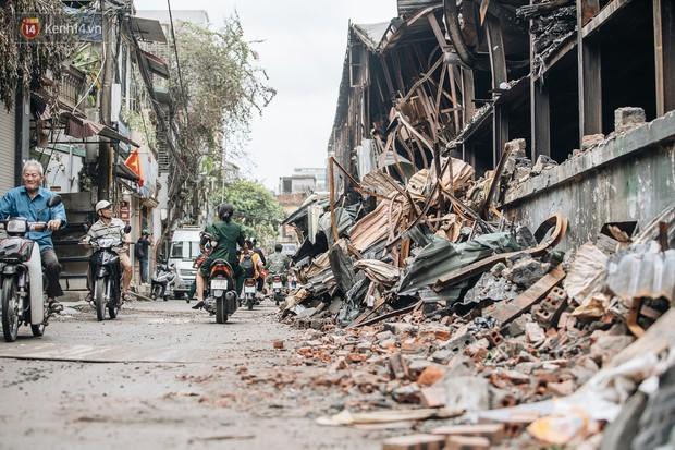 Cuộc sống xung quanh nhà kho Rạng Đông sau vụ cháy: Người lớn cay mắt và khó thở, trẻ nhỏ được sơ tán - Ảnh 7.