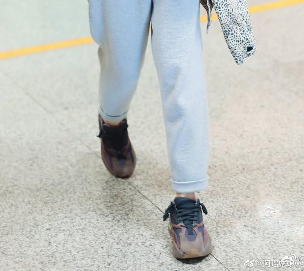 Có fan là thánh soi, đến cách thắt dây giày của Dương Mịch cũng thành hot trend khiến dân tình bấn loạn - Ảnh 3.