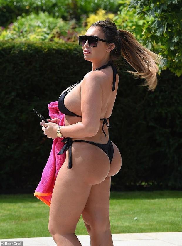 Kim Kardashian nước Anh gây sốc với vòng 1 cực đại, thân hình ngồn ngộn đến bản gốc cũng xin chào thua - Ảnh 1.