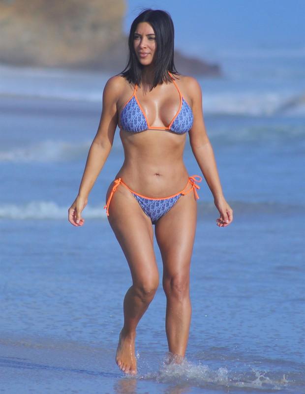 Kim Kardashian nước Anh gây sốc với vòng 1 cực đại, thân hình ngồn ngộn đến bản gốc cũng xin chào thua - Ảnh 9.