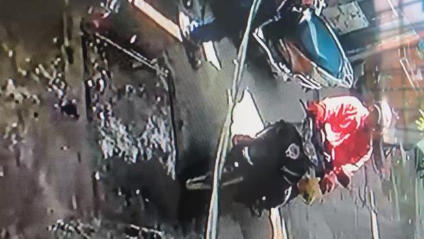 Nghi vấn tài xế xe ôm công nghệ nhặt tiền người khác đánh rơi dưới đất, bị đuổi theo thì cuống cuồng phóng xe chạy thẳng - Ảnh 3.