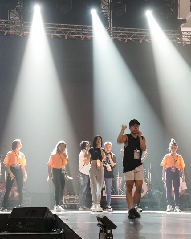 Bích Phương diễn tập trước show ở Indonesia: Khoe eo thon, chuẩn bị cho sân khấu trước MAMAMOO, Monsta X - Ảnh 4.