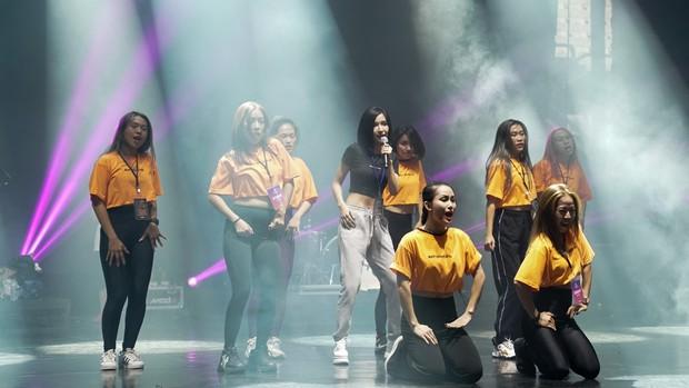 Bích Phương diễn tập trước show ở Indonesia: Khoe eo thon, chuẩn bị cho sân khấu trước MAMAMOO, Monsta X - Ảnh 15.