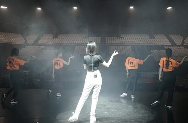 Bích Phương diễn tập trước show ở Indonesia: Khoe eo thon, chuẩn bị cho sân khấu trước MAMAMOO, Monsta X - Ảnh 2.