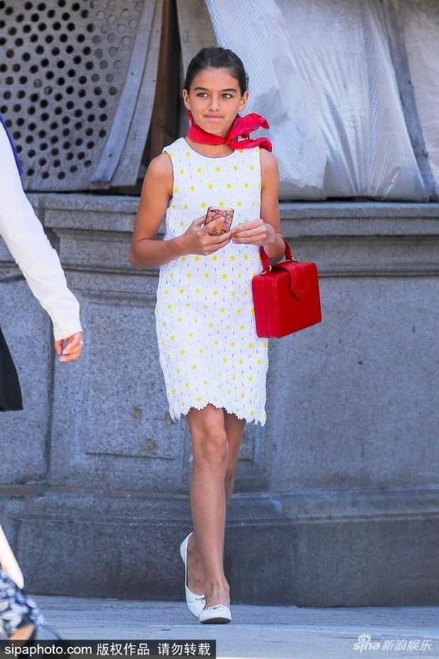 """Lên đồ cực """"già đời"""", con gái tài tử Tom Cruise như phiên bản nhỏ của Công nương Diana - Ảnh 1."""