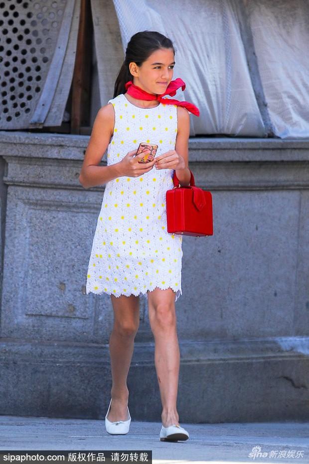 """Lên đồ cực """"già đời"""", con gái tài tử Tom Cruise như phiên bản nhỏ của Công nương Diana - Ảnh 2."""