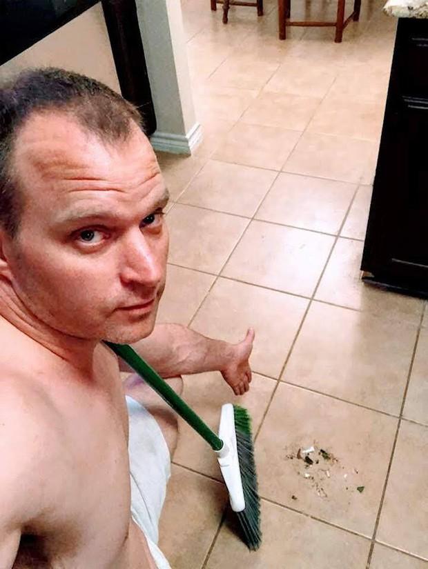 Người đàn ông bất ngờ nổi tiếng internet vì đăng loạt ảnh sexy kiểu đảm đang thay vì quần áo là lượt hay tóc tai bóng lộn - Ảnh 1.