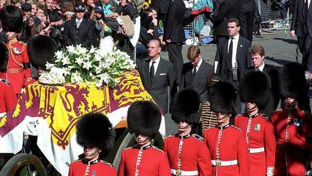 22 năm ngày mất của Công nương Diana quá cố: Nhiếp ảnh gia tiết lộ chi tiết đau lòng trong đám tang lịch sử - Ảnh 1.