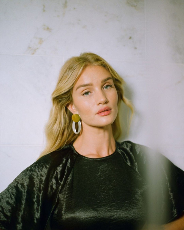 Lười đến nỗi sắm loạt áo cùng kiểu chỉ khác màu, cựu thiên thần Victorias Secret vẫn mix được những set đồ siêu ưng mắt - Ảnh 1.