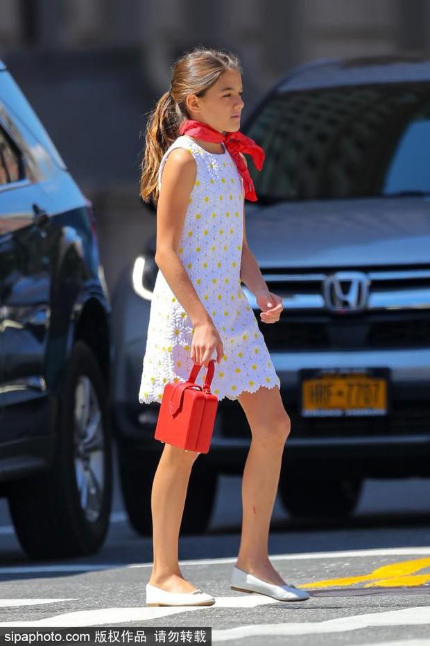 """Lên đồ cực """"già đời"""", con gái tài tử Tom Cruise như phiên bản nhỏ của Công nương Diana - Ảnh 3."""