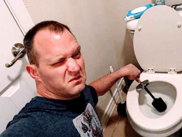 Người đàn ông bất ngờ nổi tiếng internet vì đăng loạt ảnh sexy kiểu đảm đang thay vì quần áo là lượt hay tóc tai bóng lộn - Ảnh 3.
