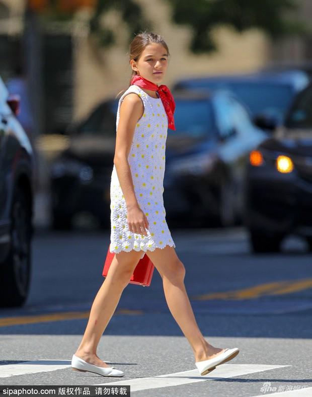 """Lên đồ cực """"già đời"""", con gái tài tử Tom Cruise như phiên bản nhỏ của Công nương Diana - Ảnh 4."""