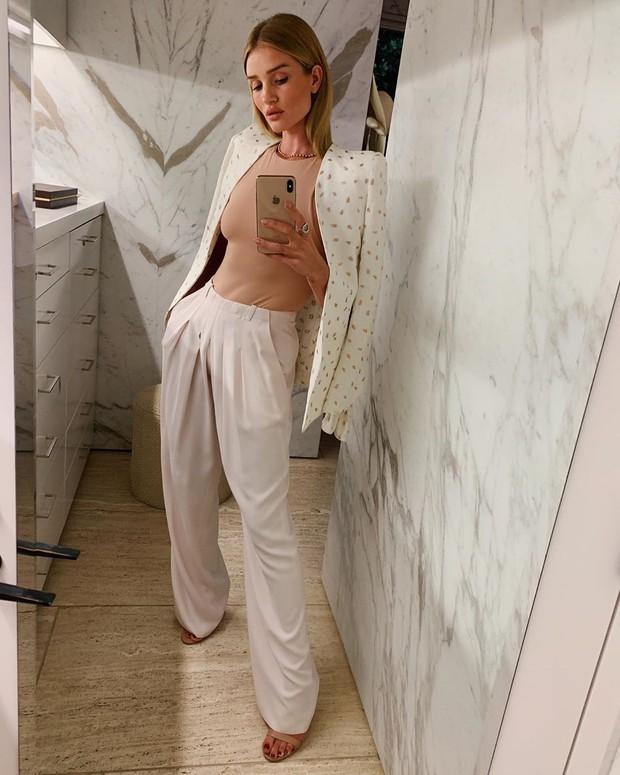 Lười đến nỗi sắm loạt áo cùng kiểu chỉ khác màu, cựu thiên thần Victorias Secret vẫn mix được những set đồ siêu ưng mắt - Ảnh 3.