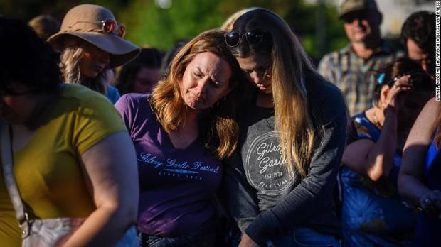 Loạt ảnh đầy xót xa trong tuần lễ đẫm máu của nước Mỹ: Liên tiếp 3 vụ xả súng khiến gần 100 người thương vong - Ảnh 1.