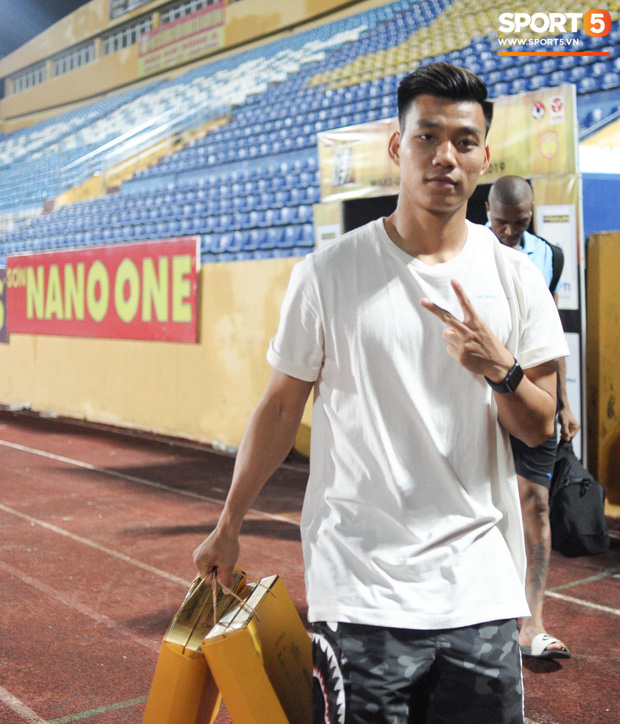 Cựu cầu thủ U23 tự trách vì bàn thua khiến HAGL đánh rơi chiến thắng ở Nam Định - Ảnh 12.